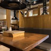 清潔感がありテーブルは広々、ゆったりと食事を楽しめる空間