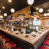 マイペースでお酒が飲めるカウンターは、お一人様の特等席