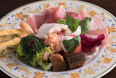 一皿でいろいろな食材を味わえる『おまかせ前菜の盛り合わせ』