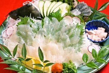 生けすの鮮魚を水揚げしてつくられる、新鮮な刺身 ※画像は一例。「カワハギ」