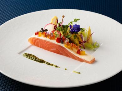 『マリネサーモンのショーフロア仕立て 香味野菜とワサビ風味のバジルソース』