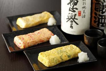 チーズ、ネギ、紅ショウガの3種類から具材が選べる『出し巻き玉子』はふんわり、熱々の仕上がり