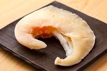 """気仙沼産の「ヨシキリザメ」岡干しの尾ビレ使用。""""初めて""""の斬新な食感を楽しむ『名物フカヒレ』"""
