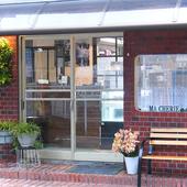 パリの街角に佇むカフェを思わせる、オシャレなレンガつくりの店