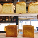 北海道産の国産小麦、沖縄産キビ砂糖・塩、バター、蜂蜜など、国産にこだわった食材選びがなされています。酵母は、全粒粉から起こした乳酸菌由来の天然酵母。パンのみずみずしさとふわふわ感が格別です。