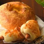 大量のチーズを生地で包んであり、中がチーズフォンデュのようになっています。表面にパルメザンを振ってあるので風味が良く、ボリューム満点。インパクト大で迫力のあるビッグサイズです。 ハーフ 375円