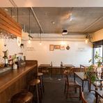味・ボリュームとも感動的な料理、ハイセンスな空間、気持ちのいい接客が揃い、二人で楽しむ食事にぴったり。BGMは心地よいジャズやボサノバが中心。普段のデートに加え、記念日ディナーにもおすすめの店です。