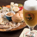 料理に合うワインを吟味し高コスパで提供。モレッティなどイタリア産ビールも人気です。宮古島産レモンを使った自家製リモンチェッロ、オレンジのアランチェッロ、県産シークァーサーのオリジナルチェッロも大好評。