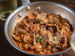 本場の味を再構築『ポルチーニ茸と国産あさりのトマト煮込み』