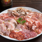 最高の味をお届けするため、すべての食材にこだわり。加工肉やチーズは本場の最上質品を選りすぐり、生ハムやサラミ類は北イタリアの名門レボーニ社のものを取り揃え。前菜の『アフェッタートミスト』などでどうぞ。