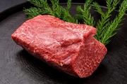 石鎚の和牛は厳選したプレミアム和牛。その日、その日、しっかりと肉を目利きし買い付け。肉の旨み、脂の甘み、柔らかな口当たり、口の中でトロける味わいをぜひ、じっくりと堪能あれ。 塩/タレ/おろしポン酢