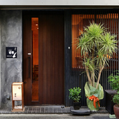大通りを入ったところにひっそりと佇む、隠れ家的な和食店