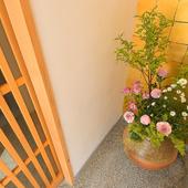 エントランスでは、控えめな四季の花がお出迎えしてくれる