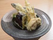 素材の美味しさを味わえるように、衣を薄めにつけて揚げた天ぷらが絶品。サクッとした衣に旨みがギュッと閉じ込められており、それぞれの食感も堪能できます。お酒のお供に最適。
