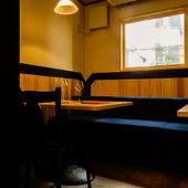 プライベート感ある半個室で、ゆったり落ち着いて酒肴を堪能する