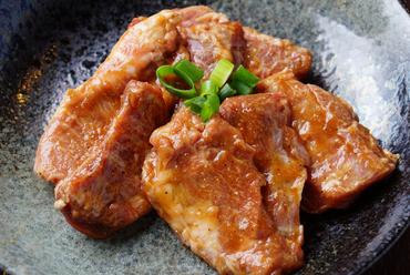 濃厚な味わいの味噌ダレが肉の旨みを引き立てる『やみつきハラミ』は注文必須の一皿