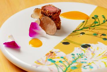炭焼きの一手で美味溢れる一皿へ『炭火の香を纏わせた播州牛の腿カツ 黄味醤油 国産トリュフ』