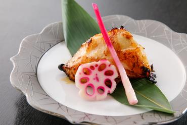 白身魚の上品な旨みを閉じ込めて焼き上がった『メロウカマの幽庵焼き』