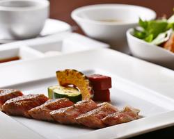 フォアグラのソテーに、銘柄黒毛和牛サーロインステーキを味わえる、シェフのおすすめディナーコース。