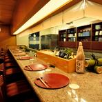 カウンター席で、今日の料理とお酒をふたりで楽しむ