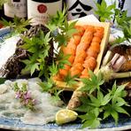生ウニ、鮑、牡蠣など、旬の魚介類を味わえる『海鮮盛り合わせ』