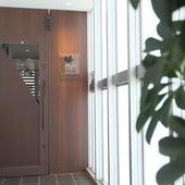 非日常の世界へ誘う、扉奥のエレベーター