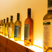 イタリアの自然派ワインを中心に取り揃えています。自然の味わいがダイレクトに感じられるので、地場の野菜を多く使う料理のコンセプトともマッチ。新鮮な旬の食材が引き立つ美味しさを堪能できます。