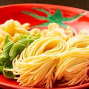 パスタは全て自家製の生パスタを使用。常時4種類のパスタの他、ほうれん草やトマトのピューレを練り込んだパスタなどバリエーションも豊富です。シェフのアイディアが詰まったパスタを求めて通うファンもいるほど。