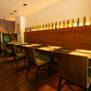 店内はテーブル席14席、カウンター席6席の全20席。テーブルを繋ぎ合わせると最大18名まで着席でき、貸切可(要予約)。家族の集まりや会食に利用できます。落ち着きのある空間で、特別な時間を過ごせます。