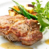 オリーブを混ぜた飼料に育てられたオリーブ夢豚を、塩、こしょう、ローズマリーとガーリックのシンプルな味付けでグリル。ジューシーでコクがあり、脂分はあっさりとしたお肉本来の旨味をダイレクトに味わえます。