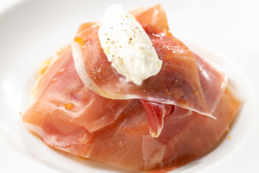トマト、生ハム、チーズが見事に調和『スパゲティ フレッシュトマトとマスカルポーネのソース生ハム添え』