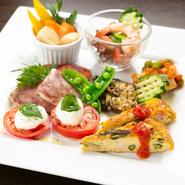 季節ごとに変わる旬の野菜をふんだんに使用した、前菜5~7種類の盛り合わせ。色鮮やで見た目も美しく、新鮮な野菜をたくさん味わえる一皿は、女性に大人気です。季節の移ろいを感じる、スタートに外せない一品。