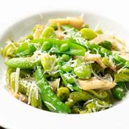 定番の自家製ショートパスタ・ルスティッチにほうれん草を練り込み、筍とアンチョビを合わせた一品。野菜は季節ごとに、旬の野菜を使用。パスタはソースや具材とのバランスを考えて毎日手作りするそうです。