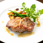 地産地消にこだわり、香川県のブランド豚「オリーブ夢豚」を使用。柔らかく、脂身があっさりした肉質です。自家栽培のローズマリーと塩、胡椒のシンプルな味付けでなので、肉本来の旨味を味わって。