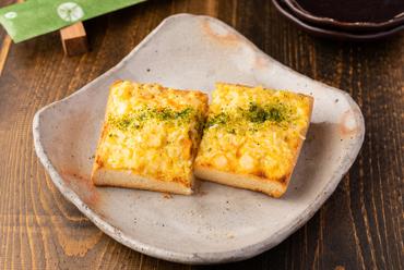 新鮮な海老をパンにのせる、こんがり焼いた人気ナンバーワンメニュー『海老パン』