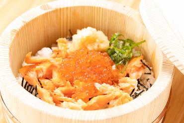 白いご飯と鮭の黄金コンビ、そこにイクラが合わさりワンランク上の味へ『鮭といくら』
