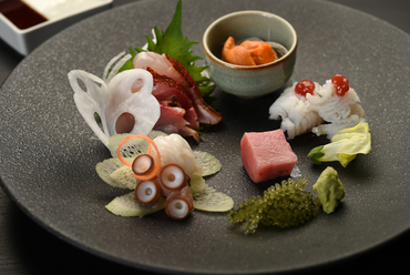 明石産の良質なものをメインに、石川県・長崎県産の鮮魚を盛り合わせた『お造り』