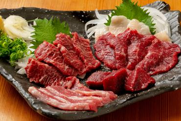 九州のたまり醤油でいろいろな部位を味わう『馬刺し五種盛り合わせ』