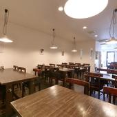 立食で45人まで、着席でも36人までの集まりに使える広々スペース