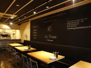 広々としたスタイリッシュな空間で味わう、本場ナポリの味…