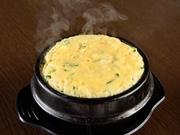 韓国の茶碗蒸し『ケランチム』。ふわふわ卵が出汁をたっぷり含み、口に入れるとジュワッと旨味が一気にあふれ出します。素材の旨みをシンプルかつダイレクトに味わえる、さっぱりと味わえる人気の一品です。
