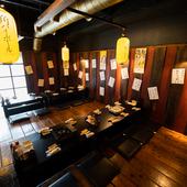 レトロな昭和感漂う広い座敷で名物料理と酒を囲んで乾杯!