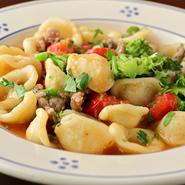 自家製オレキエッテと粗挽きの自家製ソーセージ、野菜の甘みのバランスが絶妙です