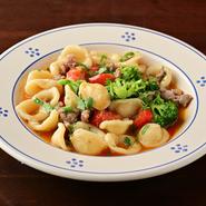 オレキエッテとは『小さな耳』の意。一つ一つのくぼみに、自家製のサルシッチャと野菜の旨みがよく絡む一体感のある一皿。プーリアのマンマの教えを思いながら、気持ちを込めてつくられるそうです。
