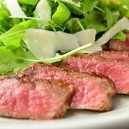 赤身と脂身のバランスの良い黒毛和牛の、内もも肉を使用。炭火で焼き上げることで香ばしく仕上がり、肉本来の旨みがより引き立ちます。15年熟成のバルサミコソースとの相性が抜群です。
