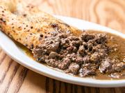 県産などの国産鶏白レバーにイタリアのリキュールやセージなどのハーブを加えて煮込み、フォカッチャを添えて。トスカーナ伝統料理をアレンジした、フルボディのワインと合わせたい創業以来のロングセラーです。