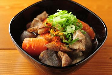 秋田県産のこだわり味噌を使用。丁寧に下処理をし時間をかけて煮込んだ、自慢の一品『自家製もつ煮込み』