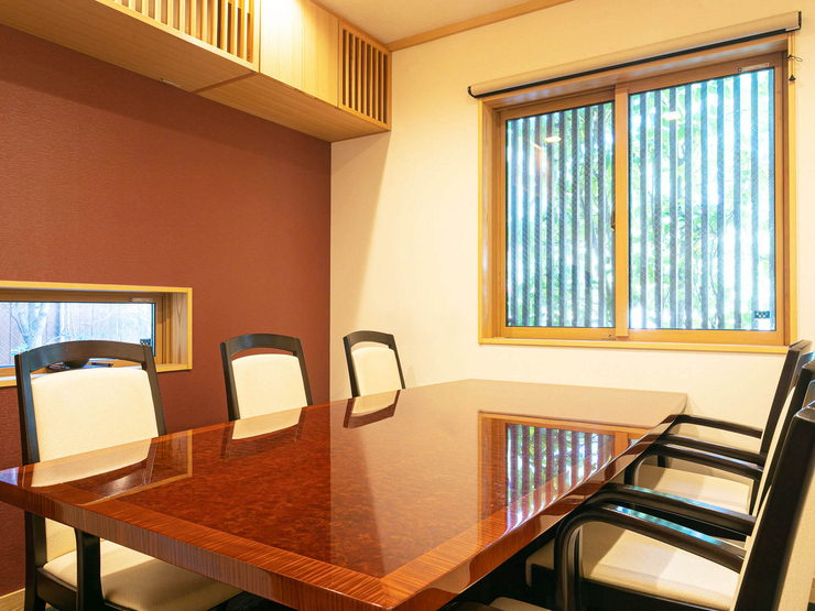 テーブル席や掘りごたつの座敷個室があり、おもてなしの席に最適
