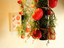 野菜にこだわる店だから。トマトをイメージしたメインフロア