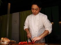 野菜のおいしさを多彩な料理で教えてくれる、シェフ青木氏
